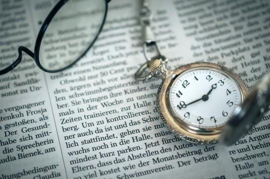 新聞と懐中時計